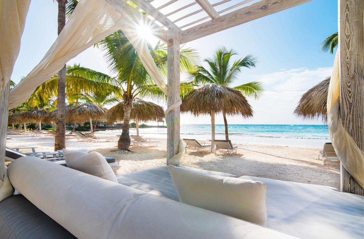 2-Eden-Roc-Beach-Club_Beach-Bed_8107