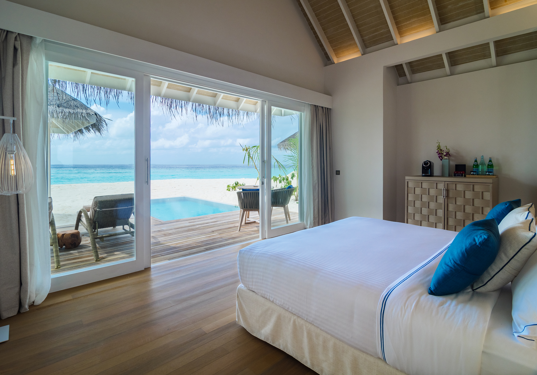 Baglioni_Resort_Maldives_Pool_Grand_Beach_Villa_Bedroom_02
