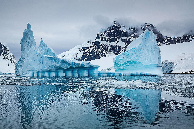 Reise, xovx, Antarktis Reise, Port Lockroy 1.3. - 15.3.2015, Eisberg in der Bucht von Port Lockroy. Port Lockroy ist ein Naturhafen im Britischen Antarktisterritorium. Er liegt an der Westkueste der Wiencke-Insel im Palmer-Archipel westlich der Antarktischen Halbinsel (englisch Grahamland). Nach seiner Entdeckung durch die Franzoesische Antarktisexpedition (1903âÄ 1905) wurde er fuer den Walfang und britische Militaeroperationen im Zweiten Weltkrieg genutzt, etwa die Operation Tabarin, und bis 1962 auf der Goudier-Insel eine britische Forschungsstation (Station A) betrieben. Eisberge sind große, im Meer schwimmende Eismassen. Im Allgemeinen entstehen sie dadurch, dass große Stücke eines Gletschers oder des Schelfeises abbrechen; die Gletscher kalben. Eisberge bestehen aus Süßwasser mit Lufteinschlüssen. Sie können sich auch aus auftürmendem Packeis und Eisschollen bilden; sie e travel xovx Antarctica travel Port Lockroy 1 3 15 3 2015 Iceberg in the Bay from Port Lockroy Port Lockroy is a Natural harbour in British Antarktisterritorium he is to the Westkueste the Wiencke Island in Palmer Archipelago west the Antarctic Peninsula English Graham country after his Discovery through the French Antarctic expedition 1903âÄ 1905 was he for the Whaling and British Militaeroperationen in second World War II used about the Operation Tabarin and until 1962 on the GOUDI Island a British Research Station Station a Holdings Icebergs are Size in Sea Floating Ice sheets in General arise Them thereby that Size Pieces a Glacier Or the Shelf Cancel the Glacier calving Icebergs Existence out Freshwater with Air Them can to too out auftürmendem Ice and Ice floes form Them e